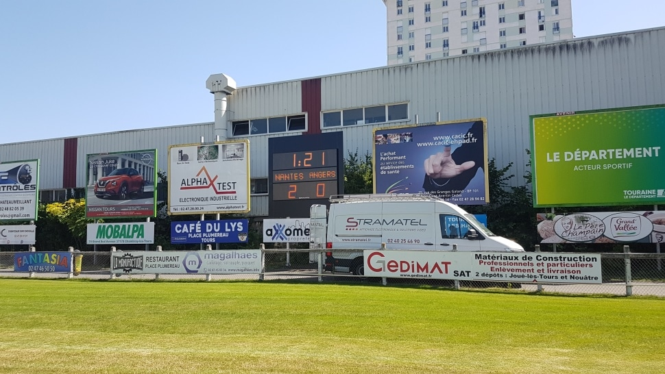 Afficheur de score FRC Alpha Défilant Stramatel pour stade foot et rugby installé au stade Tonnellé de Tours